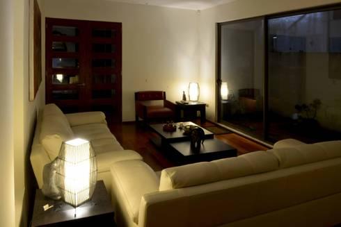Casa Las Encinas 73, Coronel: Livings de estilo minimalista por Sociedad Castillo Arquitectos Ltda.