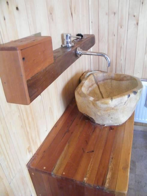 Baños de estilo rústico por Secrea