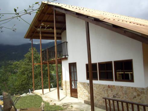 Vivienda Unifamiliar : Casas de estilo rural por Construexpress