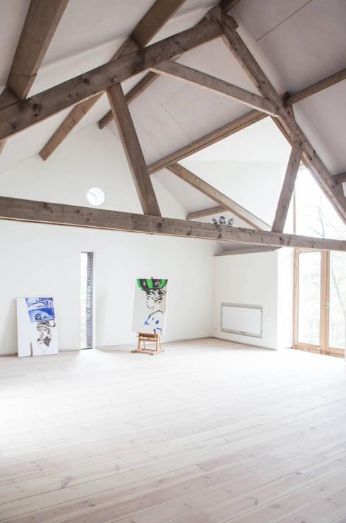 Werkplek met veel daglicht: landelijke Studeerkamer/kantoor door JEANNE DEKKERS ARCHITECTUUR