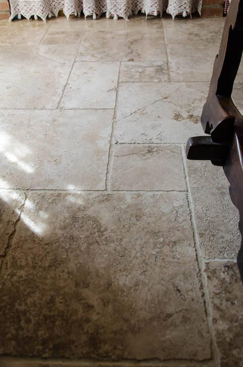 Cucina in pietra dallo stile country di pietre di rapolano - Cucina rustica in pietra ...