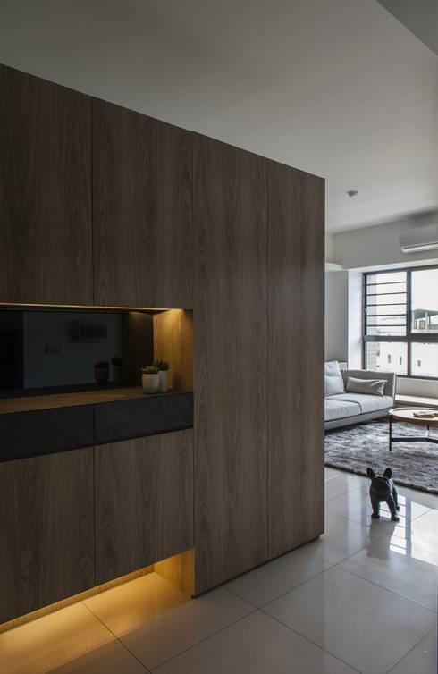 自在生活:  走廊 & 玄關 by 木皆空間設計