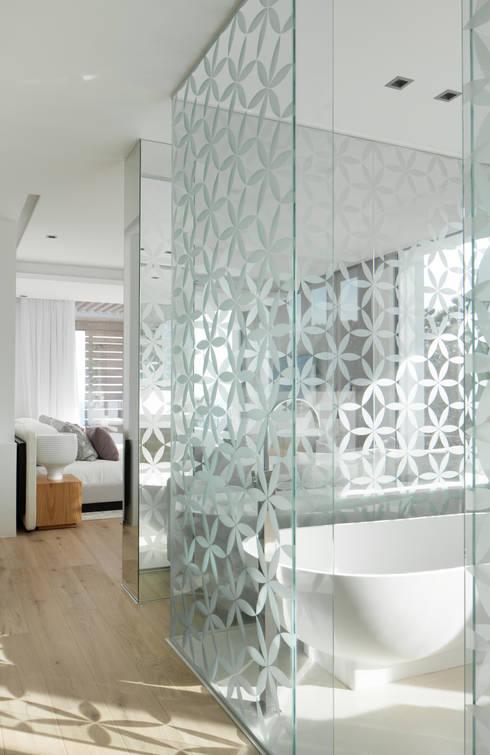 Roca Llisa:  Bathroom by ARRCC