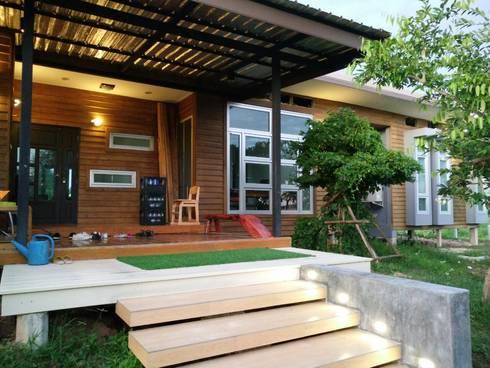 บ้านไม้โมเดิร์นสไตล์:  บ้านและที่อยู่อาศัย by D-Built รับออกแบบสร้างบ้าน
