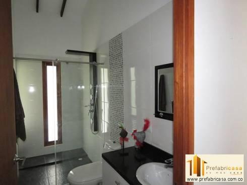 Casa pre fabricada en bogotá: Baños de estilo moderno por PREFABRICASA