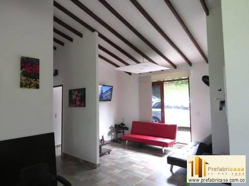 Casa pre fabricada en bogotá: Salas de estilo moderno por PREFABRICASA
