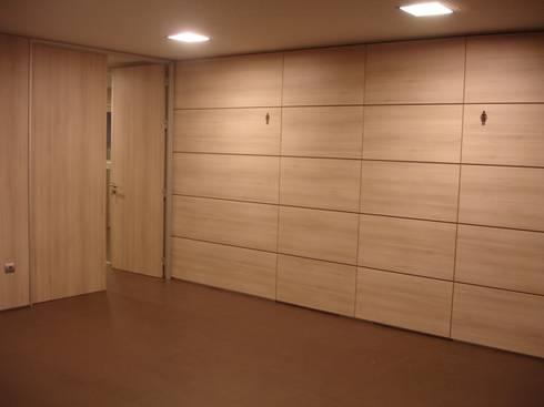 Vestíbulo interior : Escritórios  por Área77 - arquitectura, engenharia e design, lda