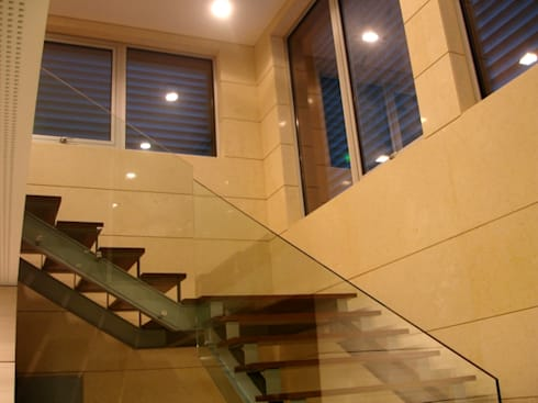 Escadas interiores: Escritórios  por Área77 - arquitectura, engenharia e design, lda