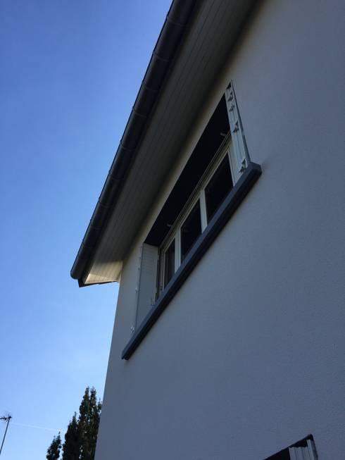 détail de la façade coté jardin : Maisons de style de style Minimaliste par Eric Rechsteiner