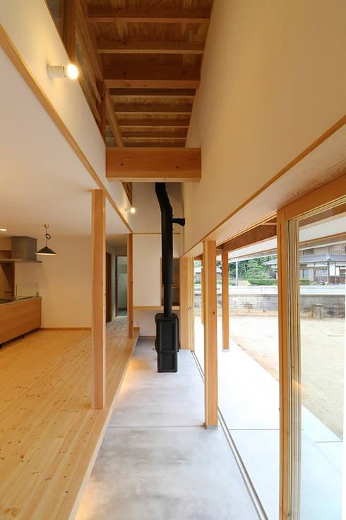 おおいちょうのいえ: 伊藤瑞貴建築設計事務所が手掛けたリビングルームです。