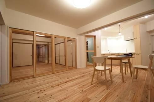 奥行きを感じさせるリビングルーム: 合同会社negla設計室が手掛けたです。