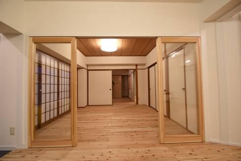 必要に応じて仕切ることができるリビングルーム: 合同会社negla設計室が手掛けたです。