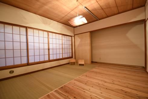 畳スペースを用いることで暮らしやすさを重視した寝室: 合同会社negla設計室が手掛けたです。
