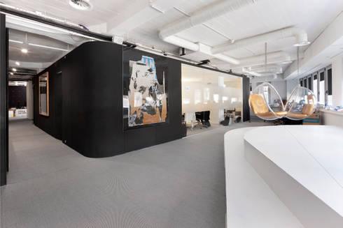 Auditório: Escritórios  por GAVINHO Architecture & Interiors