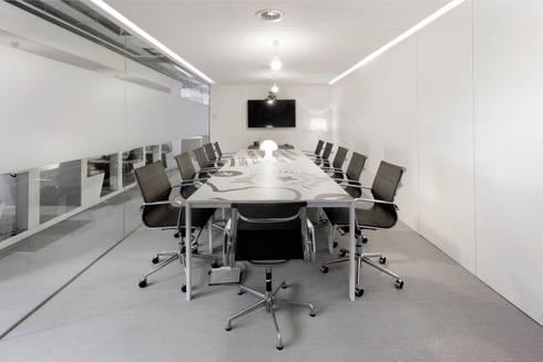 Sala de Reuniões: Escritórios  por GAVINHO Architecture & Interiors