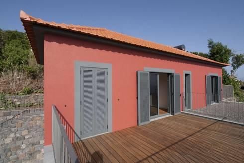 Estúdio: Casas rústicas por Mayer & Selders Arquitectura