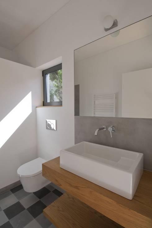 Casa de Banho_Estúdio: Casas de banho minimalistas por Mayer & Selders Arquitectura