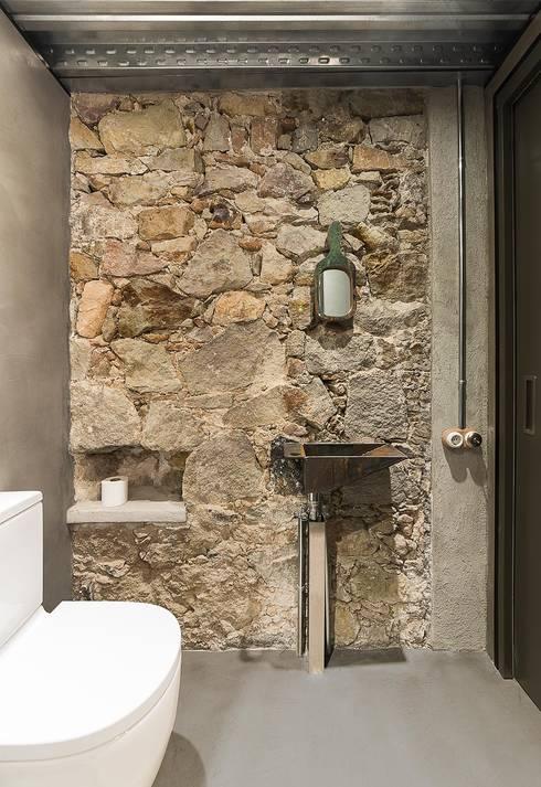 Banheiros rústicos por N.A. Construcción