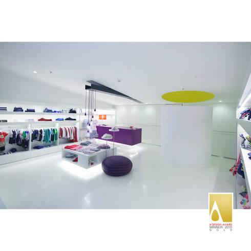 Loja de roupa de criança: Lojas e espaços comerciais  por Albertina Oliveira-Arquitetura Unipessoal Lda