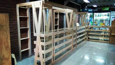 Vitrina 6X S: Oficinas y tiendas de estilo  por Verdecoraciones