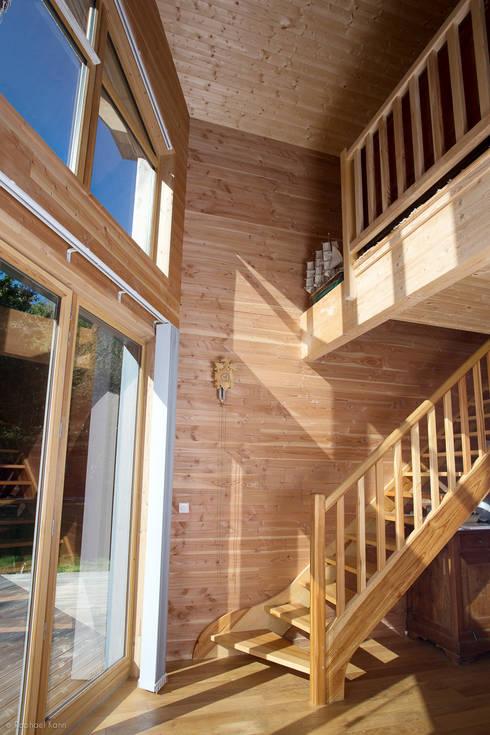 Maison Ossature Bois Pyrénées- PERLES ET CASTELET: Couloir, entrée, escaliers de style de stile Rural par Falco Construction Bois