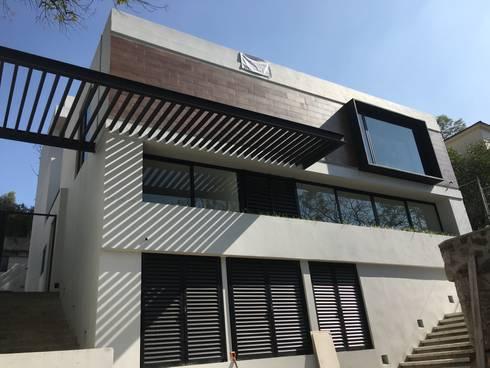 Casa Alpes: Casas de estilo moderno por disain arquitectos