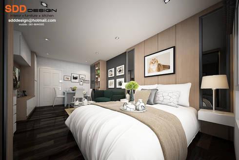 งานออกแบบคอนโด D-condo ของคุณณัฐพงษ์ โมเดิร์นเรียบ สีเข้ม จุของได้เยอะๆ:  ห้องนอน by SDD Design