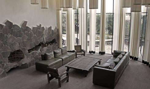 Casa de Piedra - Juan Carlos Loyo Arquitectura: Salas de estilo moderno por Juan Carlos Loyo Arquitectura