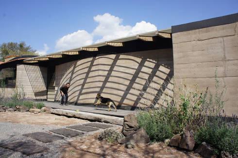 Casa Estudio Sabinos - Juan Carlos Loyo Arquitectura: Casas de estilo moderno por Juan Carlos Loyo Arquitectura