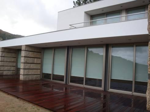 Pormenor do alçado: Casas modernas por Área77 - arquitectura, engenharia e design, lda