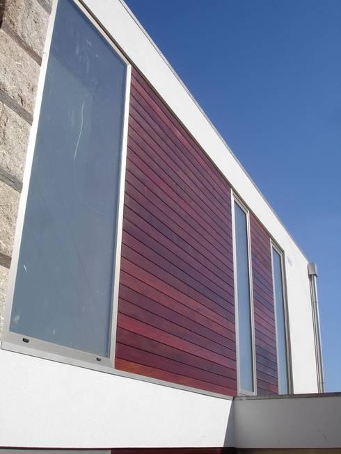 Pormenor da fachada: Casas modernas por Área77 - arquitectura, engenharia e design, lda