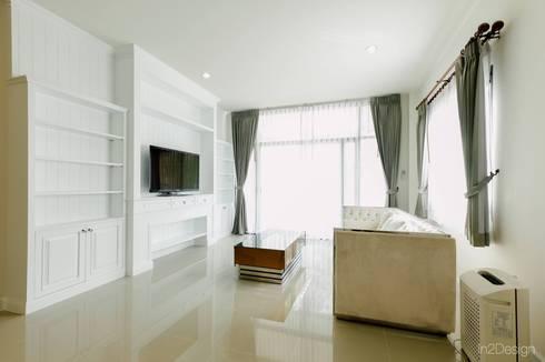 ตกแต่งภายในบ้านเดี่ยว:  ห้องนั่งเล่น by อิน ทู ดีไซน์