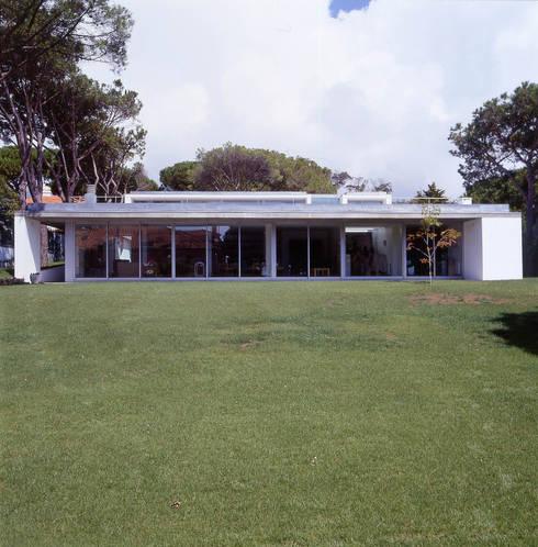 House in Estoril: Casas minimalistas por Pedro Mendes Arquitectos