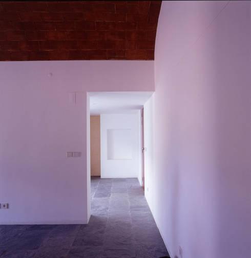 House in Pavia: Corredores e halls de entrada  por Pedro Mendes Arquitectos