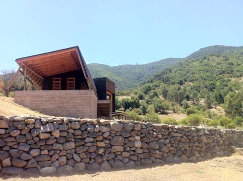 Cabaña Olmué_elevación sur_alejandra corral_arquitectura: Casas de estilo moderno por Alejandra Corral - Arquitectura