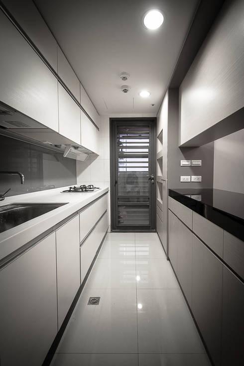 BRAVO INTERIOR DESIGN & DECO    LUX STYLE:  廚房 by 璞碩室內裝修設計工程有限公司