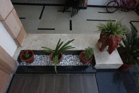 Landscaping :  Corridor & hallway by RAVI - NUPUR ARCHITECTS