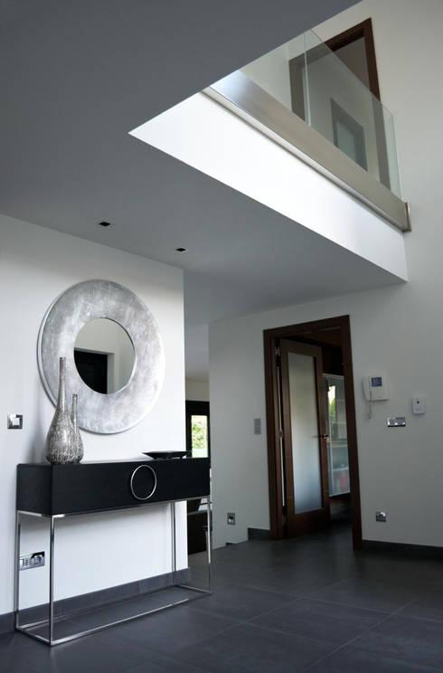 Corridor & hallway by Intra Arquitectos