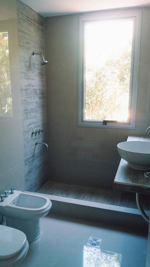 Baños de estilo minimalista por VHA Arquitectura