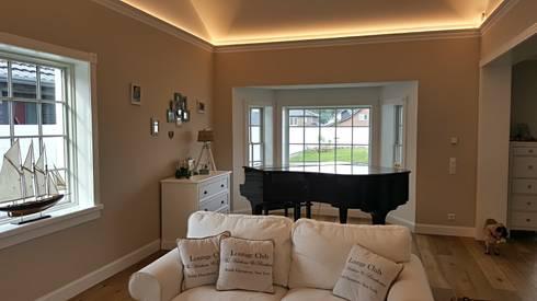 GEORGE L Wohnzimmer mit Erker: landhausstil Wohnzimmer von THE WHITE HOUSE american dream homes gmbh
