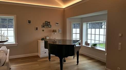 GEORGE L Erker: landhausstil Wohnzimmer von THE WHITE HOUSE american dream homes gmbh
