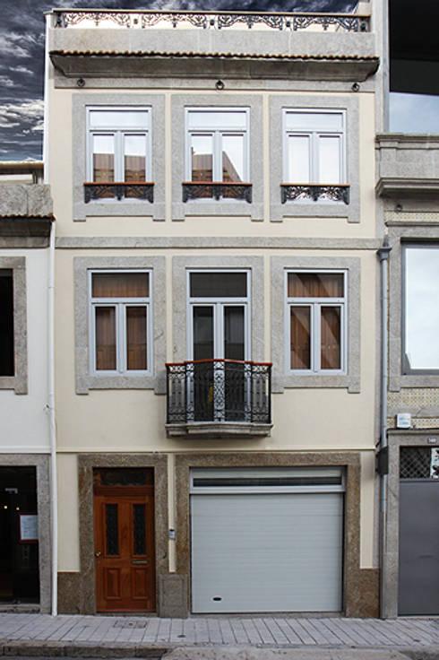 """Casa J+L (em colaboração com o Gabinete """"Esquissos 3G""""): Casas modernas por Ricardo Baptista, Arquitecto"""