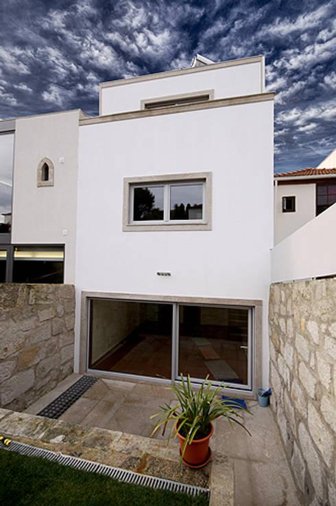 Casa J+L (em colaboração com o Gabinete <q>Esquissos 3G</q>): Casas modernas por Ricardo Baptista, Arquitecto
