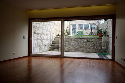 Casa J+L (em colaboração com o Gabinete <q>Esquissos 3G</q>): Salas de estar modernas por Ricardo Baptista, Arquitecto