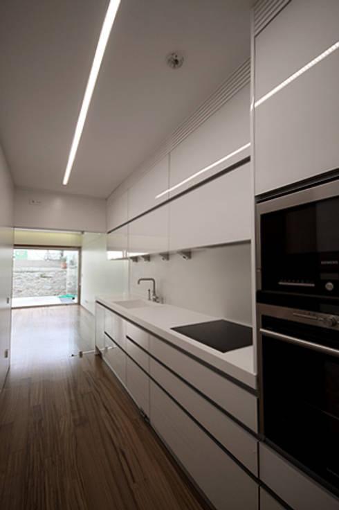 Casa J+L (em colaboração com o Gabinete <q>Esquissos 3G</q>): Cozinhas modernas por Ricardo Baptista, Arquitecto