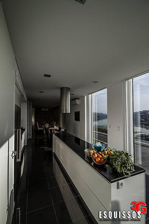 Casa I+R (em colaboração com o Gabinete <q>Esquissos 3G</q>): Cozinhas modernas por Ricardo Baptista, Arquitecto