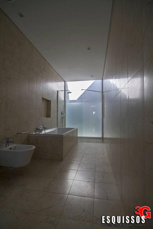 Casa I+R (em colaboração com o Gabinete <q>Esquissos 3G</q>): Casas de banho modernas por Ricardo Baptista, Arquitecto
