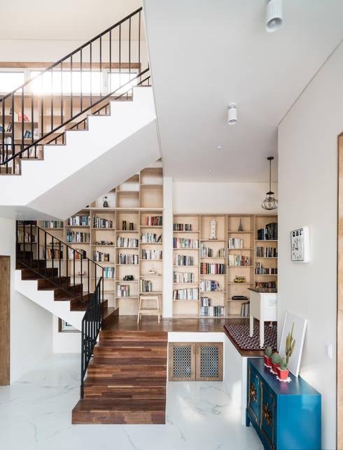 Skip floor의 연결공간인 계단과 서재: 라움플랜 건축사사무소의  서재 & 사무실