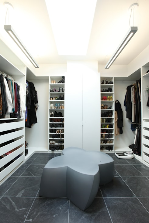 ZT Residence Interiors :  Dressing room by Unit 7 Architecture