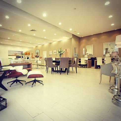 Almancil Showroom: Lojas e espaços comerciais  por Simple Taste Interiors